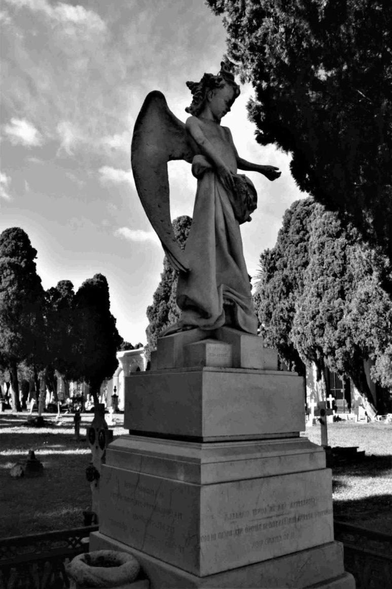 памятник со скульптурой